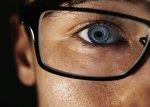 człowiek w okularach z czarnymi oprawkami